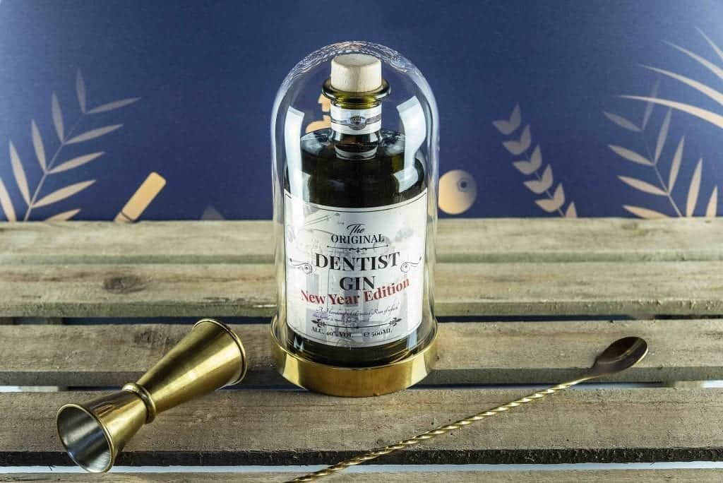 "Fles gin met rustiek label en opschrift ""Dentist gin, New Year Edition"""