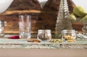 Rustieke tafel met potjes kruiden erop