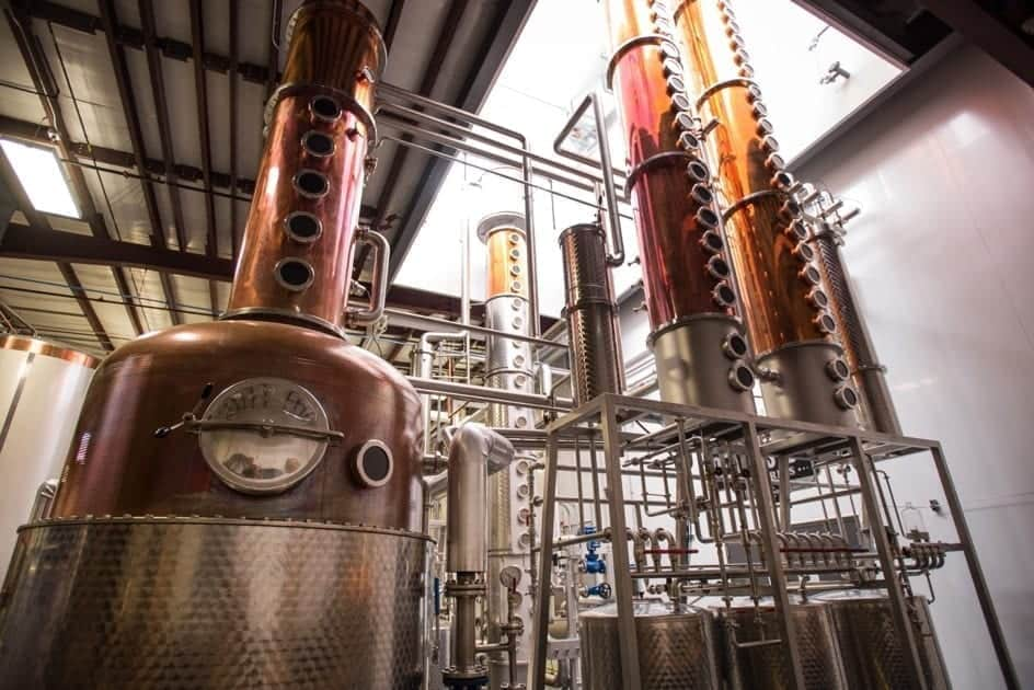 Fabrieksgebouw met gin distilleerderij gereedschap en machines