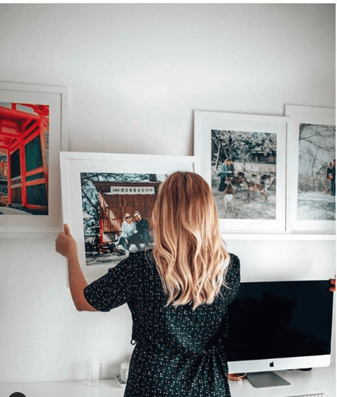 foto van vrouw die fotokader ophangt