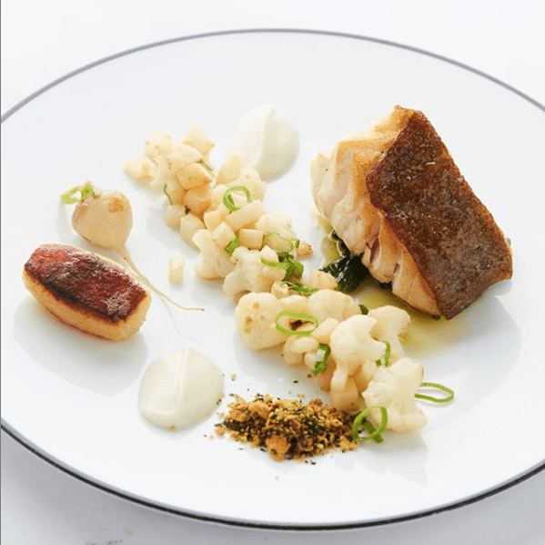 een bord met vis en groenten